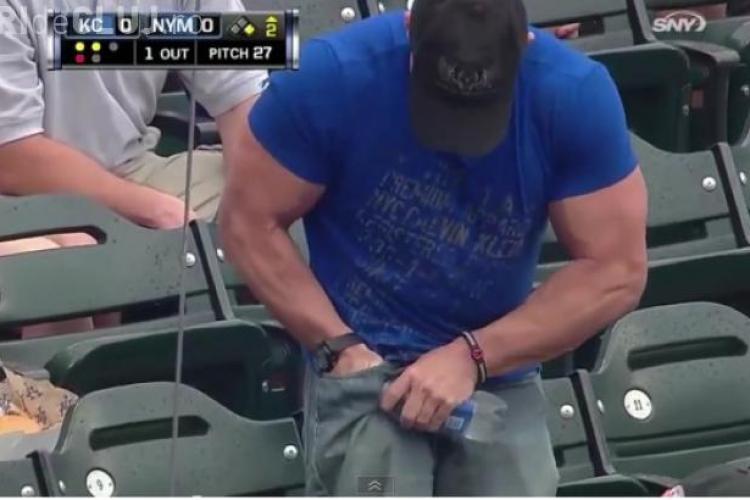 Cum s-a făcut de râs un musculos încercând să deschidă o sticlă de apă VIDEO
