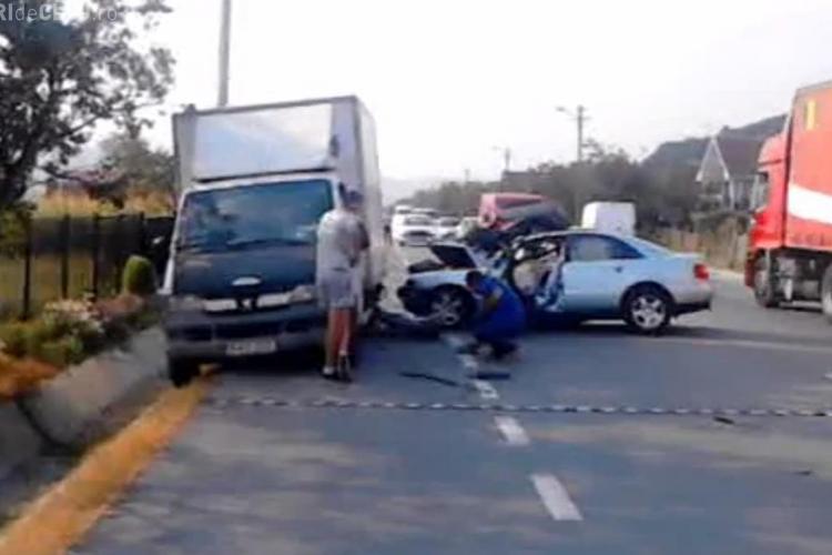 Accident la Nima! Un Audi s-a făcut praf după ce a lovit un camion - VIDEO