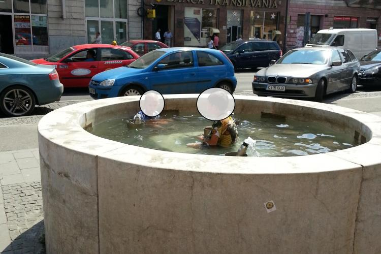 Fântâna de pe Eroilor, folosită pe post de piscină publică - FOTO