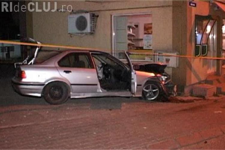 Un vitezoman din Dej și-a făcut praf BMW-ul. A lovit un chioșc de ziare și apoi un zid - VIDEO