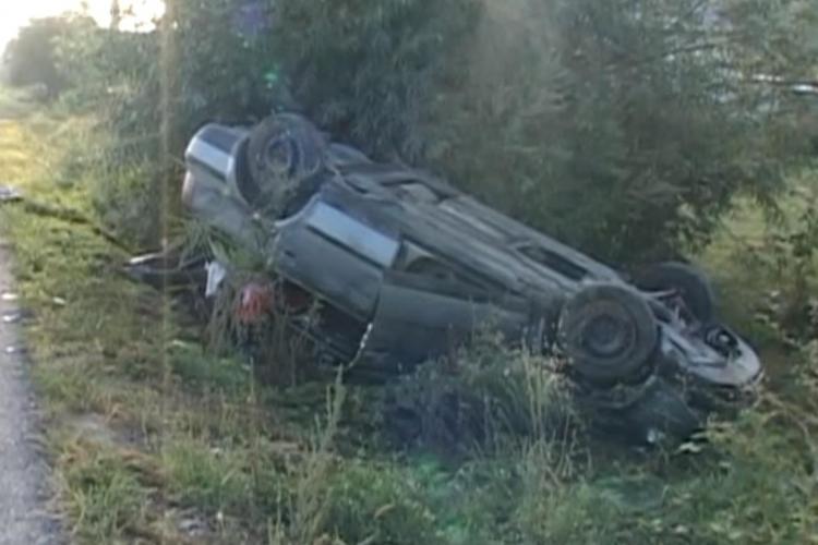 Accident la Dej! Un tânăr beat și fără permis s-a răsturnat cu mașina în afara drumului - VIDEO