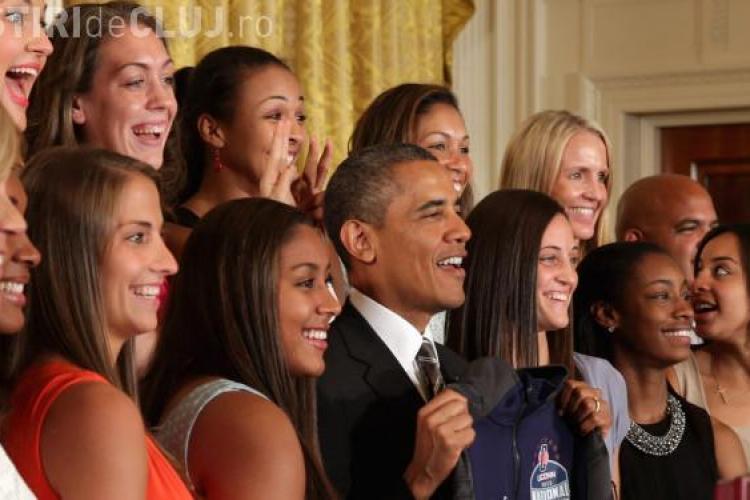 IMAGINEA ZILEI: Ce au făcut câteva tinere în spatele președintelui Americii FOTO