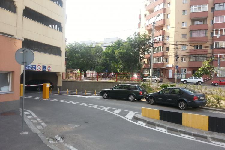 Șmecherii au parcat la intrare în parkingul Minerva, pentru a nu plăti - FOTO