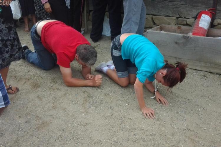 În coate și în genunchi la Nicula, pentru iertarea păcatelor - FOTO