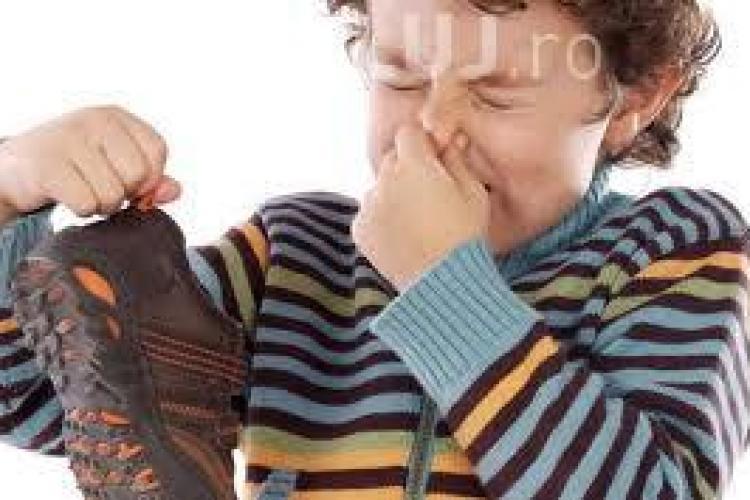 Cele mai bune metode pentru a scăpa de mirosul neplăcut al picioarelor
