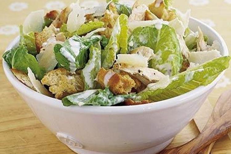 Salatele populare care te îngrașă mai mult decât mâncarea fast-food
