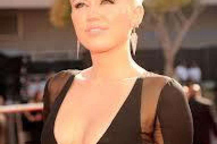 Miley Cyrus a pozat pentru prima dată nud FOTO