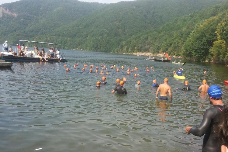 Traversarea lacului Tarnița! Concursul a fost câștigat de un înotător din Piteşti - FOTO