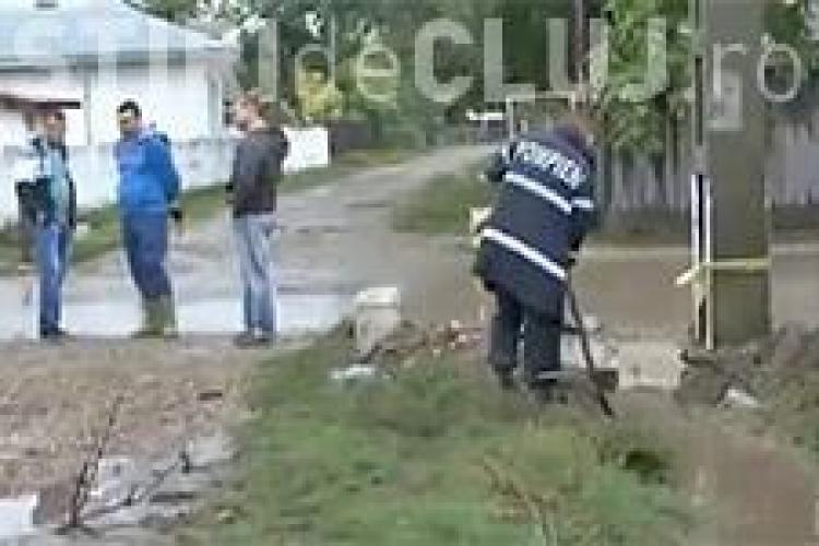 Ajutorul la români: Pompierii muncesc și sătenii rad de ei VIDEO