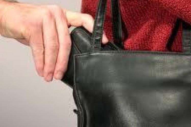 O hoață din Florești, prinsă în timp ce fura portofelul unei femei in autobuzul 30