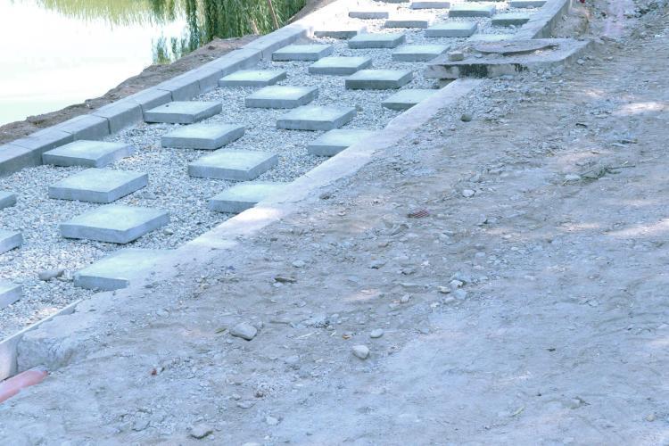 Cum decurg lucrările la parcul de la Iulius Mall Cluj! Pietonalul va fi suspendat peste lac - FOTO