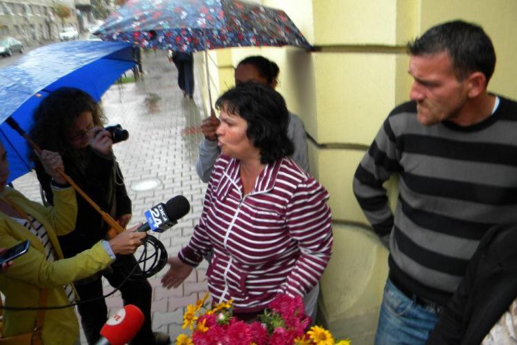Florarii din Piața Mihai Viteazu protestează la Primărie: Vrem să ne lase să vindem în stradă - FOTO