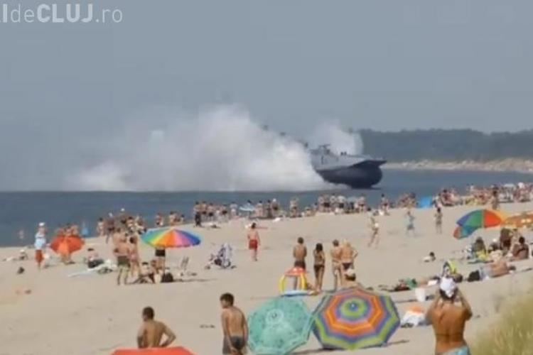 O navă de război de 550 de tone a aterizat pe o plajă populată de turiști - VIDEO