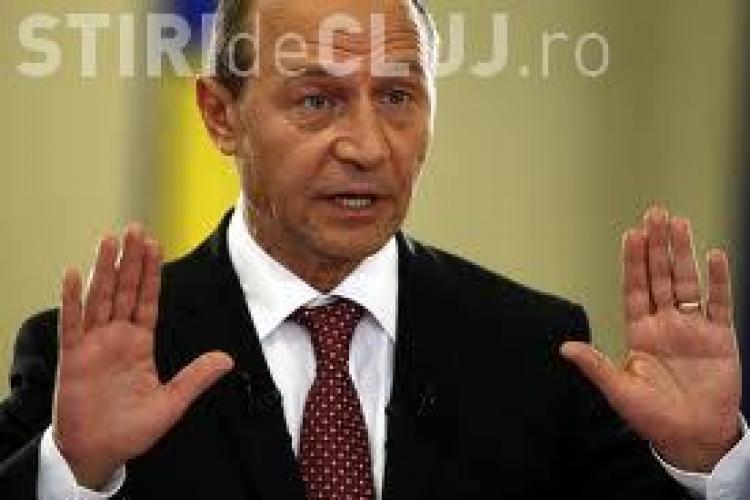 Traian Băsescu, atacat cu pâine la Țebea