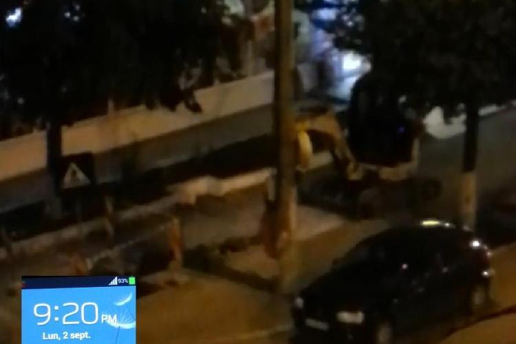 Muncitorii de la utilități n-au pic de JENĂ. Dorel spărgea cu picamerul, în Gheorgheni, la 21.20 - VIDEO