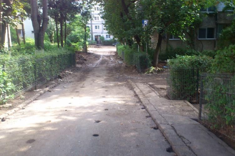 """Kiat a """"ciuruit"""" Aleea Rucăr, din Mănăștur, și acum și-a mutat utilajele la intersecția Șapte Străzi - FOTO"""