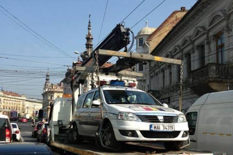"""Hingherii de mașini"" din Cluj au ridicat și un Logan al IPJ Cluj - FOTO"