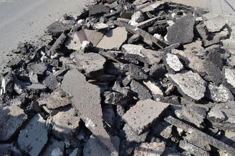 Strada Câmpului, spartă de E.ON Gaz în iulie, nici azi nu e ASFALTATĂ! Oamenii cer o reducere de 10% din impozit, pentru DERANJ