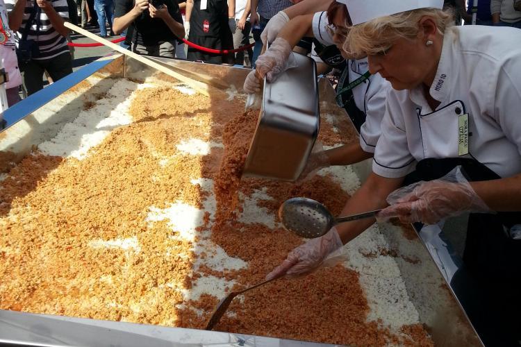 Bucătarii Primăriei Cluj-Napoca au făcut cea mai mare varză a la Cluj din România FOTO
