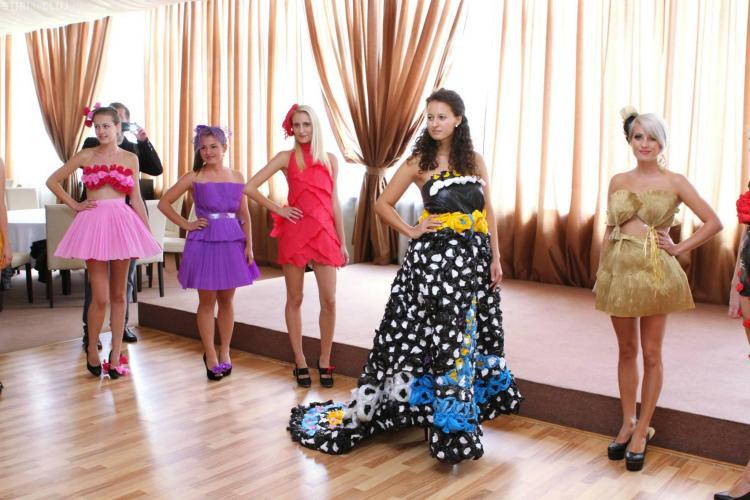 Defilare cu rochii din saci menajeri la Colegiul Tehnic Napoca - VIDEO