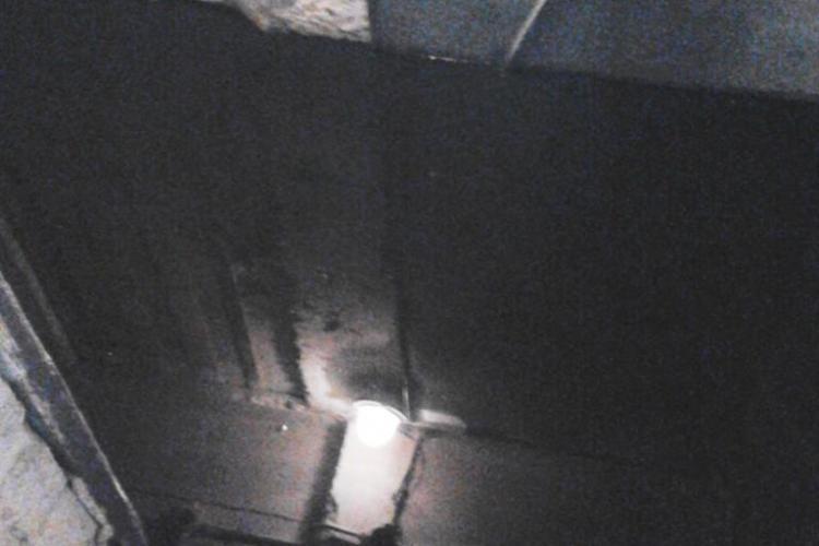 Dorel a spart o țeavă de apă pe strada Putna în Mănăștur, în timpul asfaltărilor și a inundat un bloc