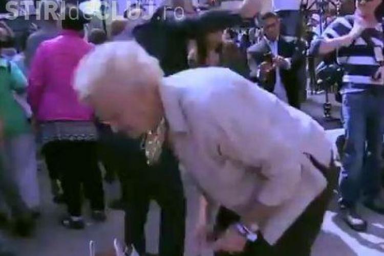 O septuagenară dă din fund mai ceva ca Miley Cyrus. Femeia dansează twerking in stradă, ca un star adevărat! VIDEO