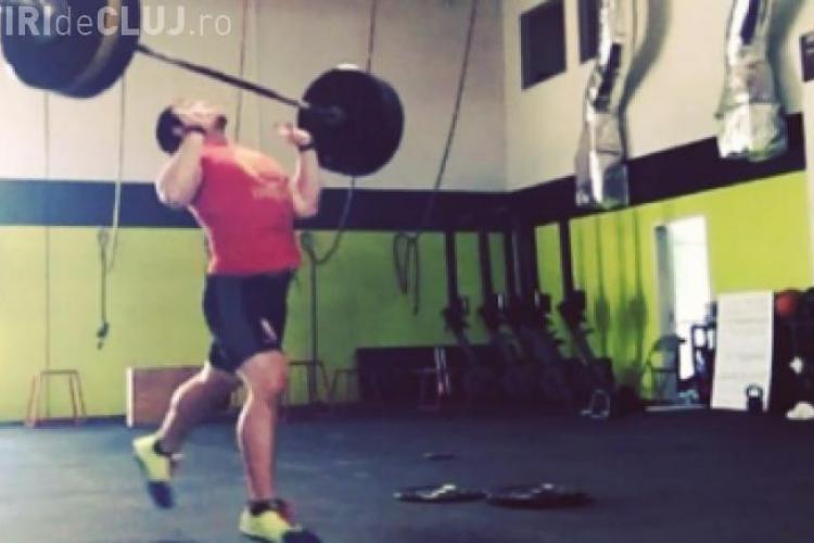 CLIPUL ZILEI: Un sportiv american prinde o halteră de 200 kg pe piept VIDEO