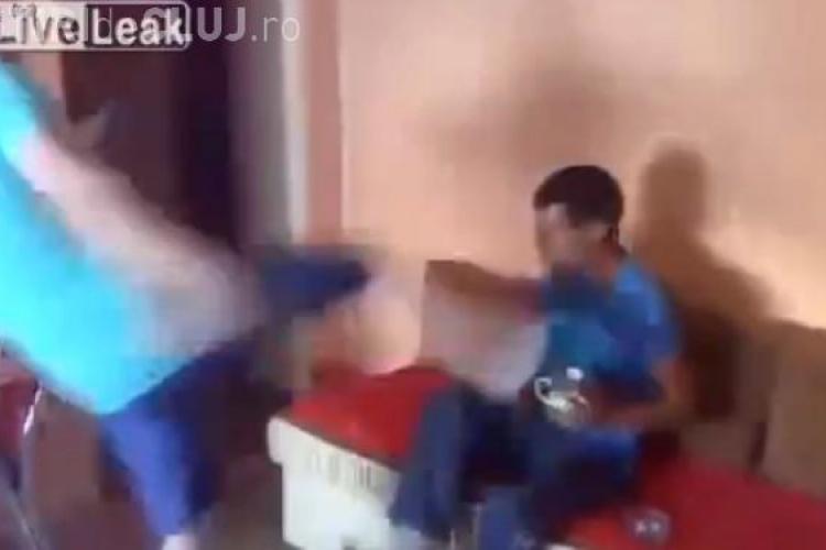 Clipul din România care a scandalizat internetul. Un tată își lovește fiul cu piciorul în cap VIDEO