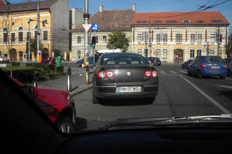 Șofer din Maramureș a parcat ca la țară, în INIMA Clujului - FOTO