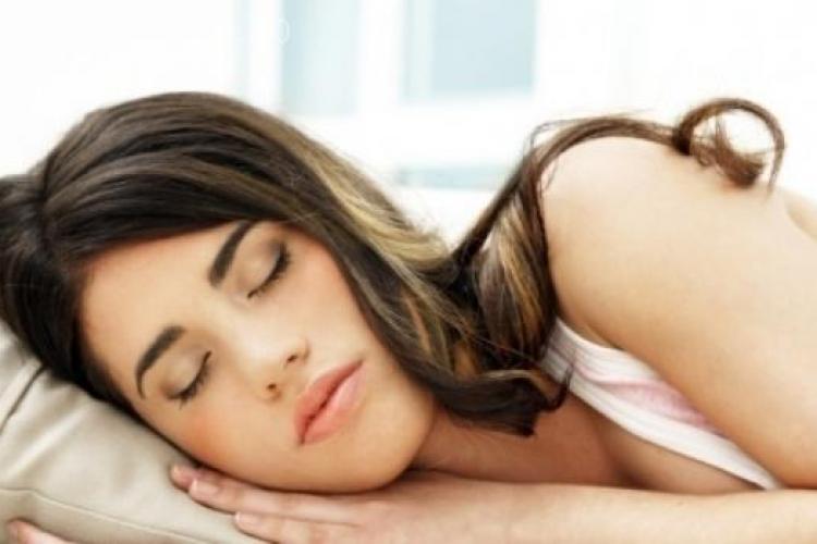 Top 8 alimente care te ajută să dormi mai bine