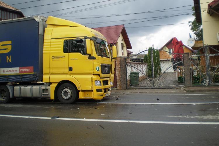 Accident în Gilău! Un TIR a lovit un autoturism - FOTO