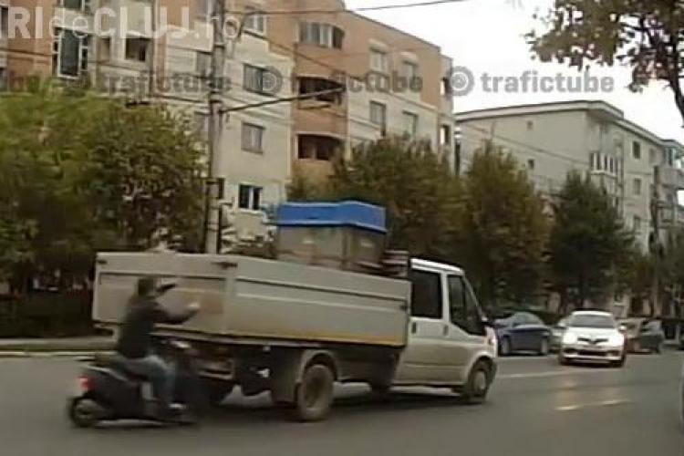 Accident surprins în DIRECT pe Nicolae Titulescu. Un scuterist a intrat într-o camionetă - VIDEO LIVE - IMAGINI ȘOCANTE
