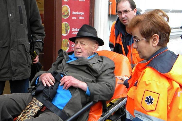 Clujenii nu mai au suflet? Citește cazul cutremurător al unui bătrân căzut în stradă, în Piața Unirii, și ocolit de trecători - FOTO