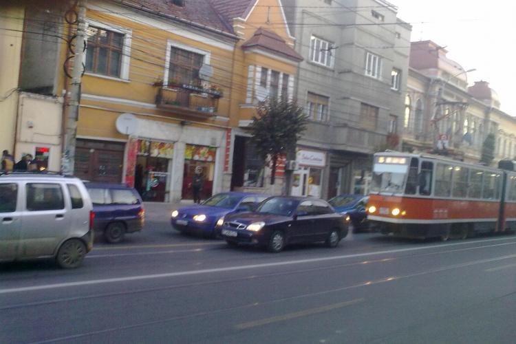 Mașina Consiliul Local Cluj-Napoca, blocând linia de tramvai - FOTO