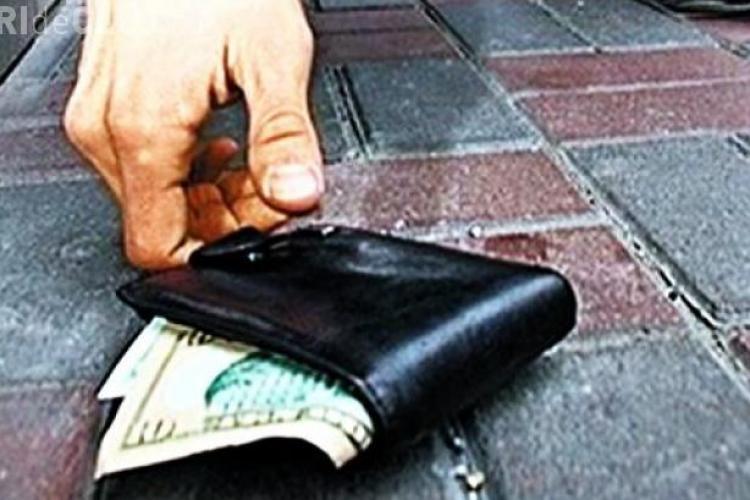 Test de ONESTITATE! Au lăsat intenţionat un portofel pe jos în mai multe oraşe pentru a vedea ce fac oamenii