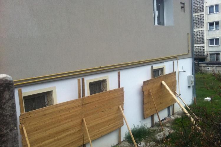 """Clujeancă """"ZIDITĂ"""" în casă cu panouri uriașe de lemn de vecini. Ea acuză că este terorizată pentru a vinde mai ieftin - FOTO și VIDEO"""