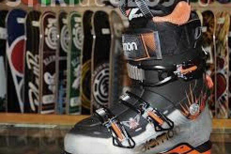 La Cluj se vor produce şoşoni de schi pentru Salomon. Angajații sunt foștii muncitori de la Mechel Câmpia Turzii