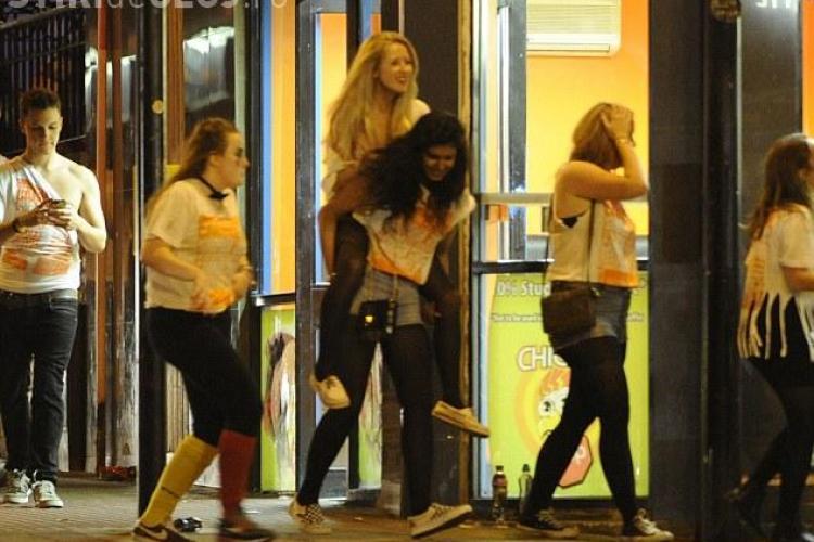 Beție generală într-un oraș din Marea Britanie. Studenții englezi au umplut străzile FOTO