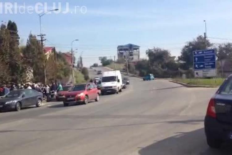 """""""Săracii"""" din Dâmbul Rotund stau la coadă la ajutoare, dar mașinile blochează ieșirea din oraș - VIDEO"""