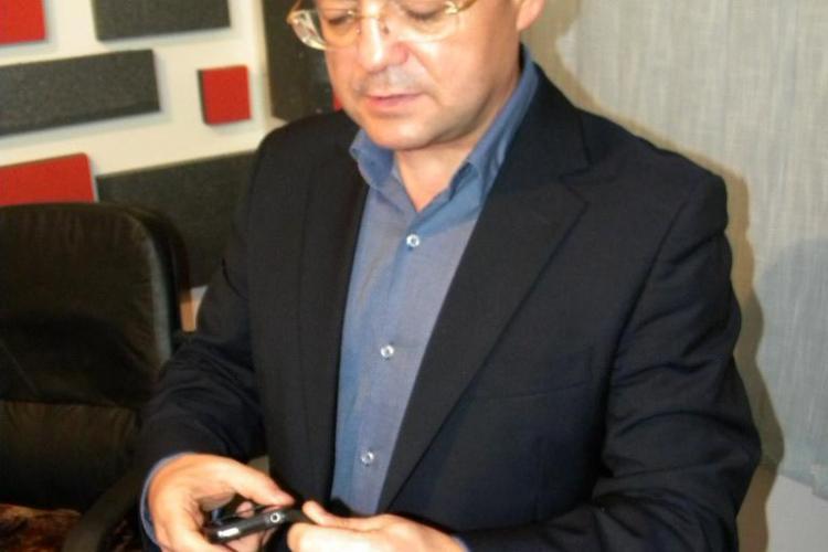 Emil Boc poartă la mână o brățară care îl ține în MIȘCARE: Măsoară tot ce fac, cât mă plimb, cum dorm și cât mănânc - FOTO