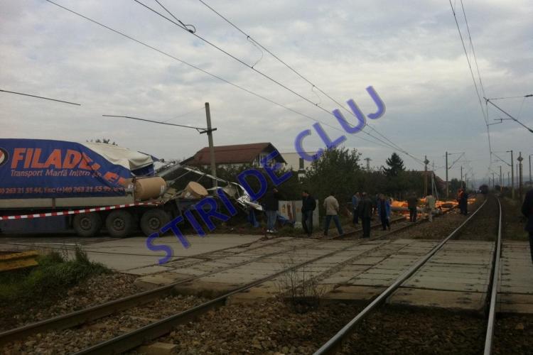 """TIR lovit de tren la Apahida. Șoferul a """"forțat"""" trecerea în viteză spre Rondocarton - VIDEO și FOTO EXCLUSIV"""