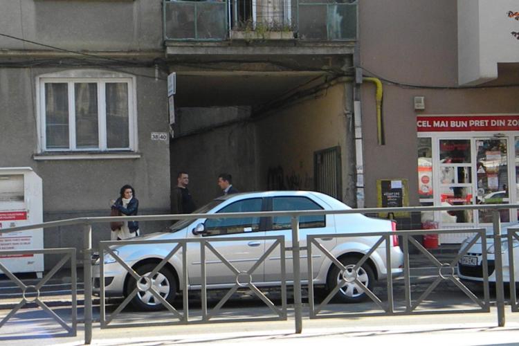 A blocat cu mașina accesul în curtea unui bloc de pe strada Horea! E NESIMȚIRE în traficul clujean - FOTO