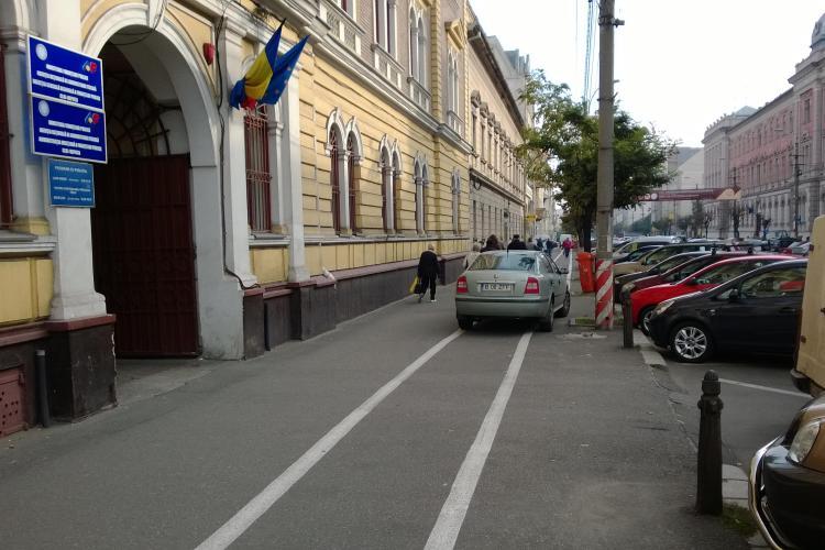 """""""Șmecherii"""" parchează mașinile pe pista de bicicliști, dar polițiștii sunt ocupați să pozeze stâlpii FOTO"""