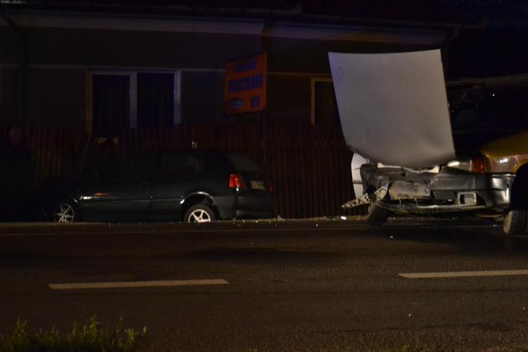 Accident în Gilău! Un VW a demolat gardul unei case - VIDEO