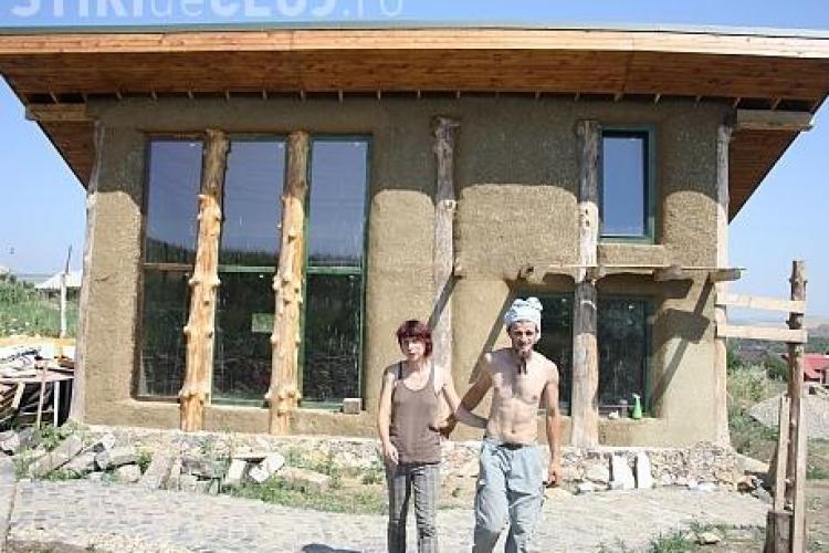 Doi tineri din Turda și-au construit singuri o casă AUTONOMĂ din paie și pământ: CASA IUBIRII și a SOARELUI - FOTO