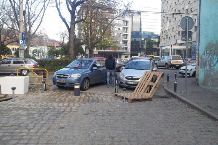 Stradă din centrul Clujului blocată de mașinile parcate ilegal. Poliția nu a venit nici după 3 ore de la sesizare