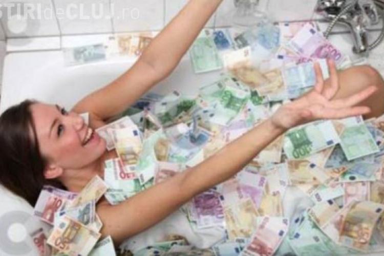 A vrut să se laude că face baie in bani dar a intrat în belele. Ce a pățit femeia după câteva zile