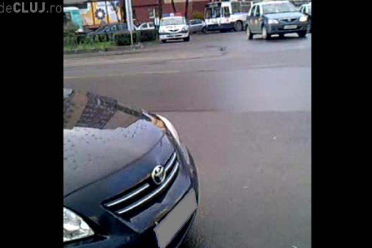 Mașină de Poliție parcată în Mănăștur, în sensul giratoriu Union - FOTO