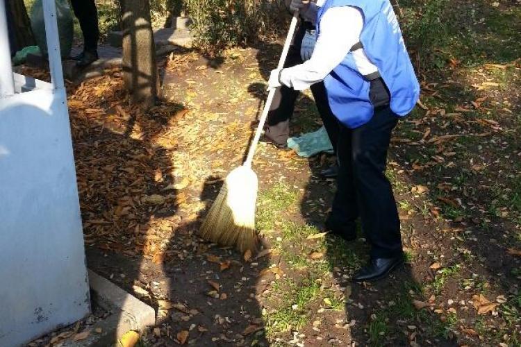 Primarul Emil Boc a ieșit cu ...mătura în parc! Vezi unde a mers să facă curațenie- FOTO si VIDEO