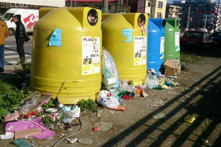 Clujenii din Bună Ziua, nevoiți să aștepte autobuzul în gunoi. UPDATE: Poliția locală a intervenit